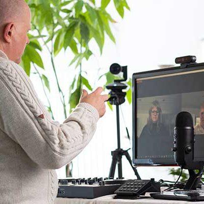 Hening Svanelykke udfører zoom healing online foran pc